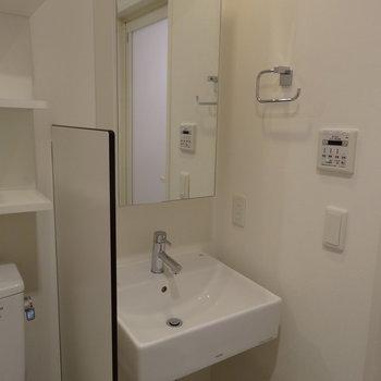 ぴかぴか大きな鏡付き洗面台