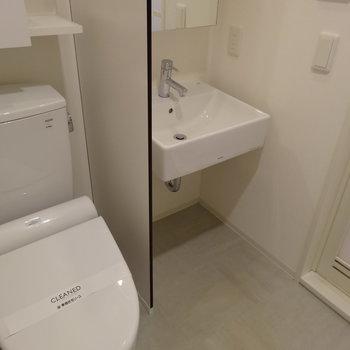 トイレと洗面台がぎゅっと入ってます。