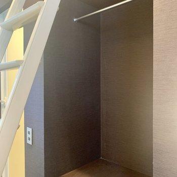 【上階】服などはこちらに収納して下さいね。