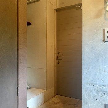 玄関横に洗濯機置場があります。