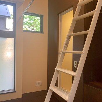 【上階】コンパクトですが、窓のおかげで圧迫感も感じません。