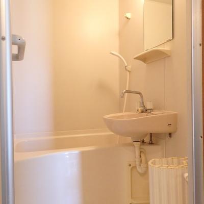 お風呂は洗面台と同室