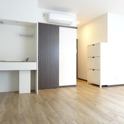 キッチンはコンパクト。茶色の引き戸を開けるとお風呂・トイレです。