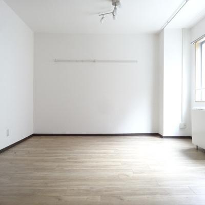 白に床の色が映えますね。