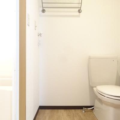 洗濯機はトイレのおとなりに。洗濯パンがないので、要ご相談ですね。