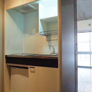 コンパクトなキッチン。冷蔵庫つき