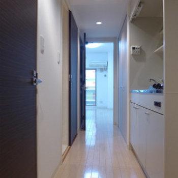 玄関からの眺め。キッチンは廊下にあります。※写真は4階の反転間取り別部屋のものです
