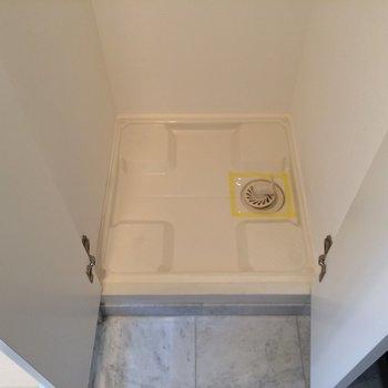 玄関横の扉はシューデッキではなく洗濯機置場です