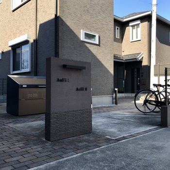 ゴミ捨て場と駐輪場も完備。