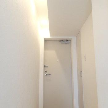 切り替わった天井が玄関まで。この照明はgood。※写真は4階の同じ間取りの別部屋です。