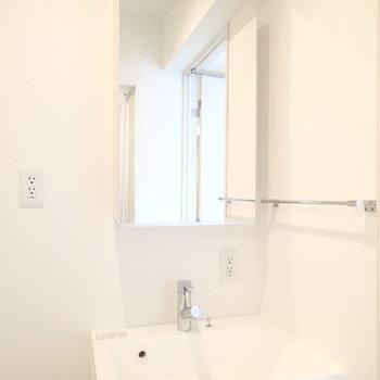 洗面台もシンプル・イズ・ベスト。※写真は4階の同じ間取りの別部屋です。