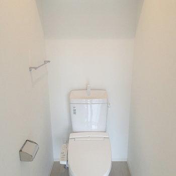 トイレ。棚がいいよね。※写真は4階の同じ間取りの別部屋です。