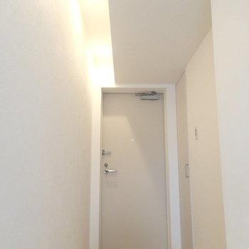 切り替わった天井が玄関まで。この照明はgood※写真は別のお部屋です