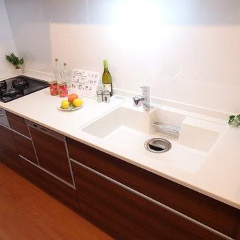 ファミリータイプのキッチン。ホワイトカラーが爽やか〜