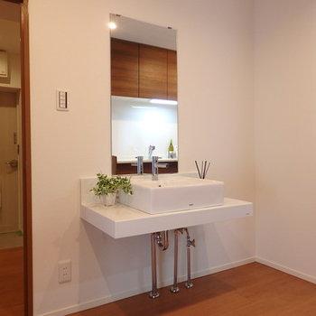独立洗面台が変わった位置に。キッチンの後ろにあります