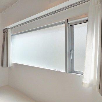 お部屋を明るくしてくれる大きな窓がステキ!
