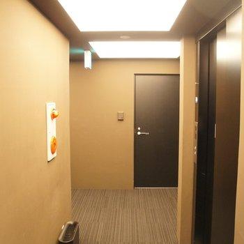 ホテルライクな共用部の廊下。