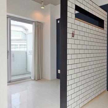こんな感じでゆるーくベッドルームとリビングを仕切っております。※壁の色は白色に変更しております