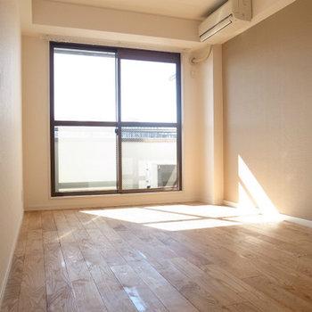 5階なだけあってしっかりと陽もはいります。※写真は前回施工のお部屋