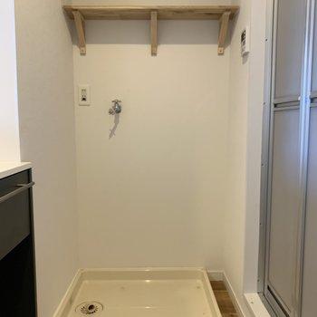 キッチンの奥には洗濯機