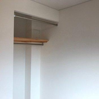 扉がインテリアの邪魔にならないオープン収納。カーテンレールも付いています。 ※写真は前回募集時のものです