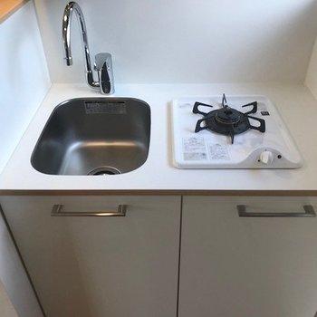 キッチンはコンパクトですが、収納hしっかりあります。 ※写真は前回募集時のものです