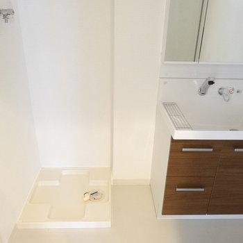 洗面となりに洗濯パン。洗濯機は大きめでもいけそう。