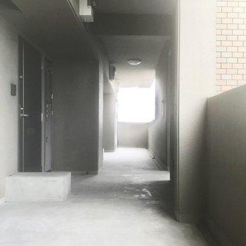 お部屋の前の廊下も広いんです。