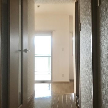 玄関から。窓から光が差し込む!