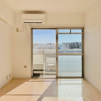 【洋室約6帖】大きな窓が気持ちいいですね。※写真は4階の同間取り別部屋のものです