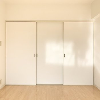 【洋室約6帖】扉が白いと圧迫感無くてイイ!※写真は4階の同間取り別部屋のものです