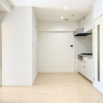 【DK】キッチン周りもゆったりと。※写真は4階の同間取り別部屋のものです