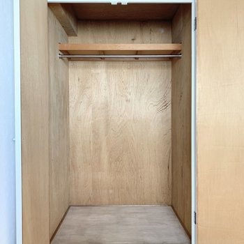 【洋室約4.5帖】ハンガーポールがあるので丈の長い服も掛けられますね。※写真は4階の同間取り別部屋のものです
