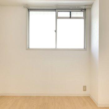 【洋室約4.5帖】こちらは小窓が付いていますよ。※写真は4階の同間取り別部屋のものです
