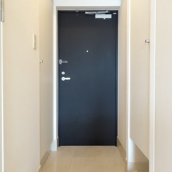 玄関はスマートな印象※写真は13階同間取り別部屋のものです