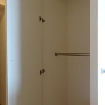 廊下にクローゼット※写真は13階同間取り別部屋のものです