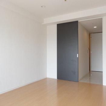 ブラックの扉がアクセントに!※写真は13階同間取り別部屋のものです