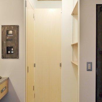 トイレの扉を開けるとこんな感じで目隠し。