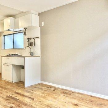 キッチン右側に冷蔵庫を。