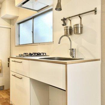白で統一されたおしゃれなキッチン。