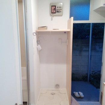 洗濯機置場は玄関横に。棚もついてるので使いやすいですよ〜※写真は前回募集時、クリーニング前のものです