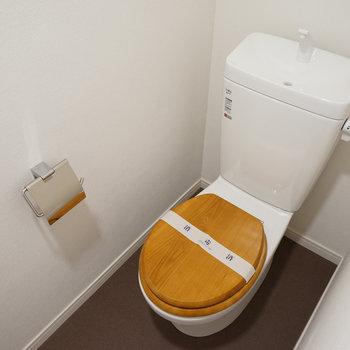トイレの便座は木製に、小物も新しく※写真はイメージ