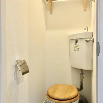 木製のトイレ!ストックは上部の棚に。