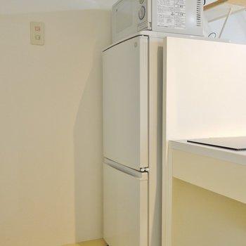 冷蔵庫と電子レンジは備え付け。※写真は、前回撮影時のもの