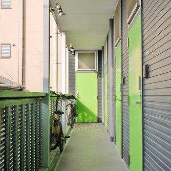 グリーンの玄関扉。