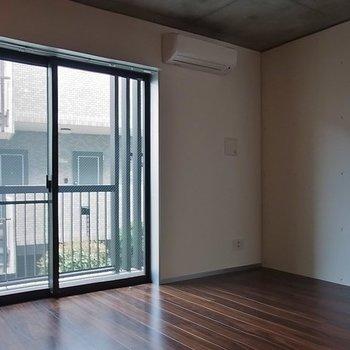 窓の外は隣がちょっと近いかな※写真は別部屋です