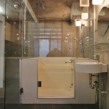 お風呂はガラスパーテーションで