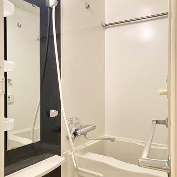 奥に浴室乾燥機付きのバスルームです。