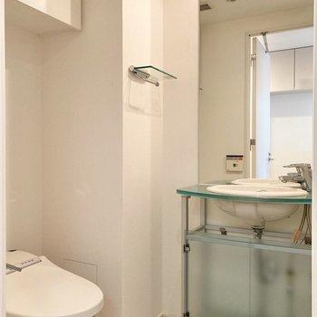 脱衣室に洗面台とトイレがまとまっています。
