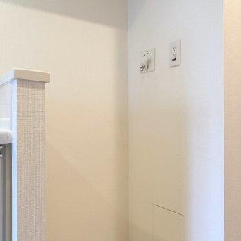 隣に洗濯機置き場があります。